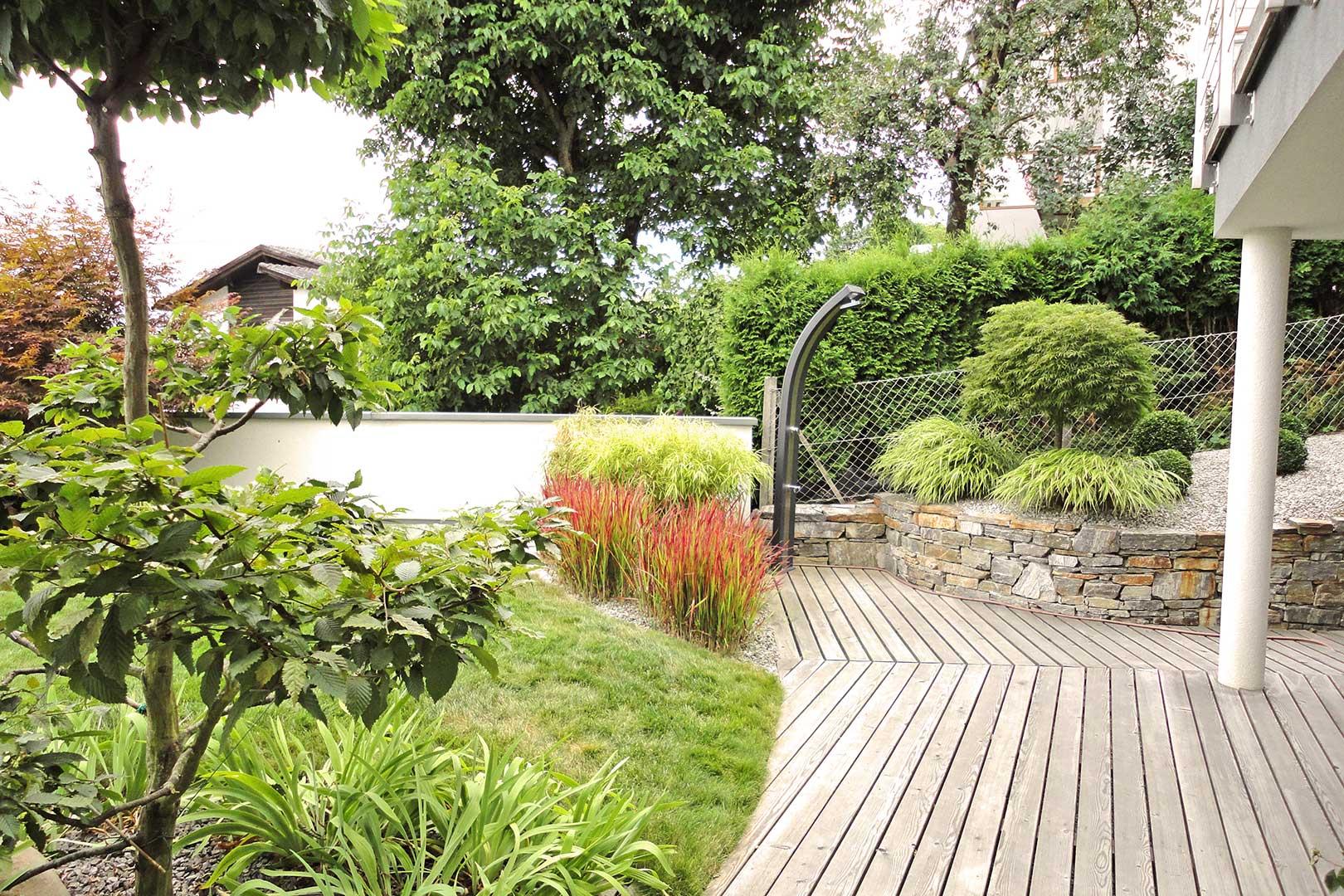 Gartengestaltung Holzdeck Steinmauer